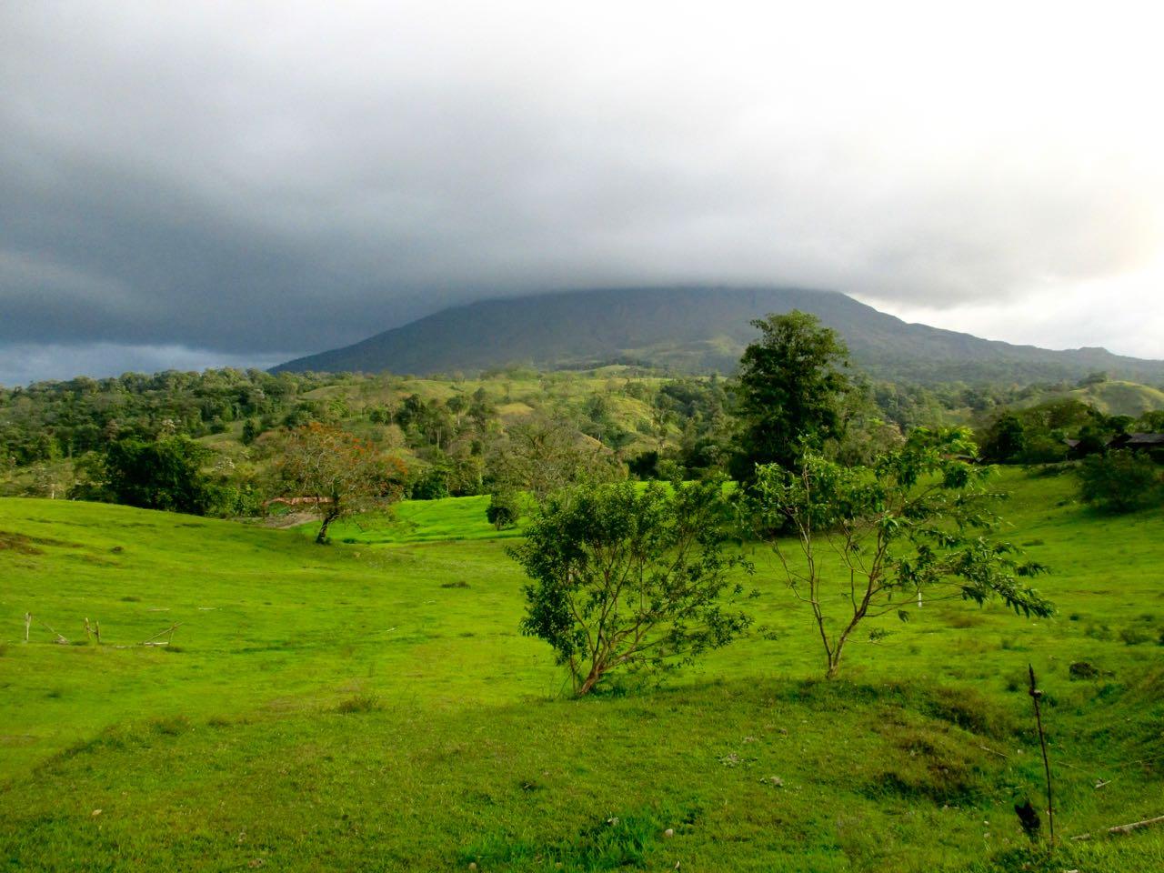 Le volcan Arenal sous la brume