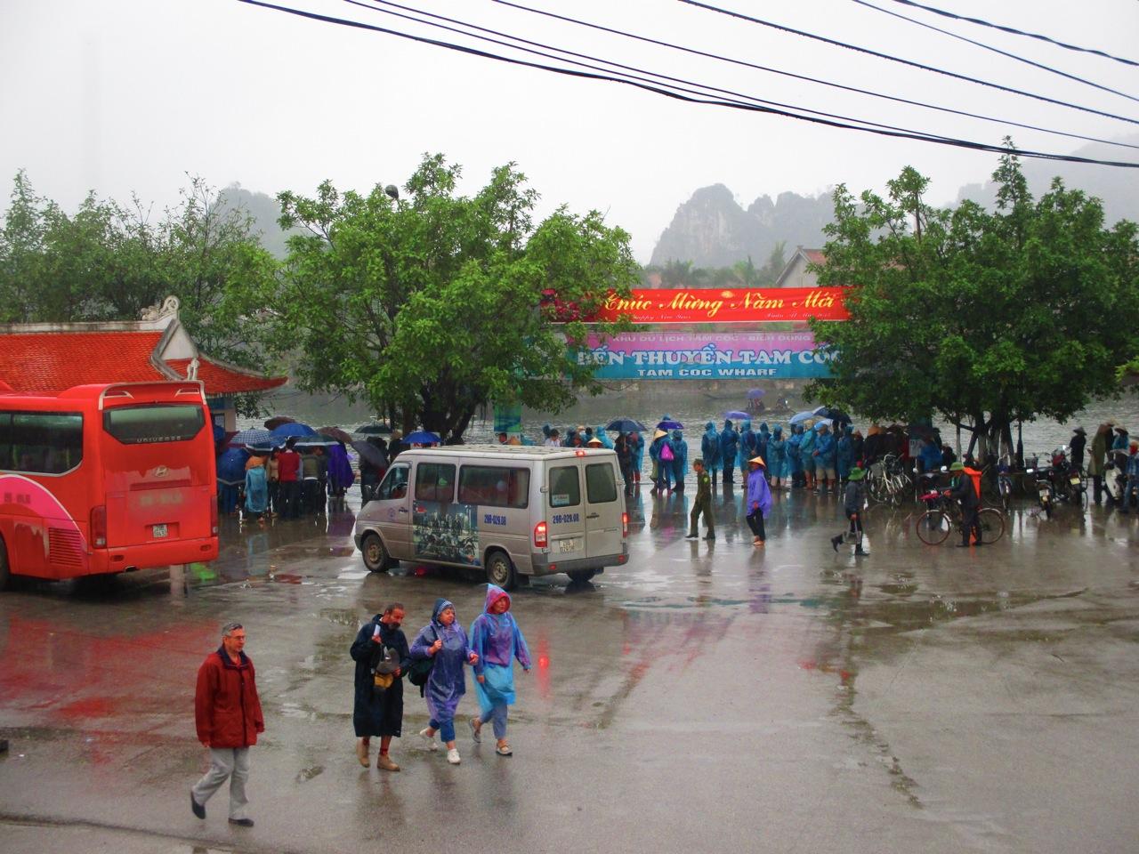 A l'embarcadère de Tam Coc, la foule est là malgré la pluie