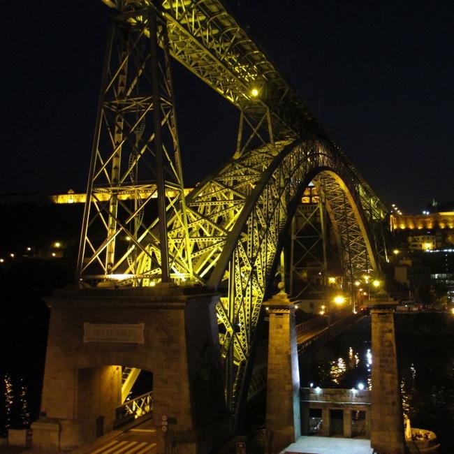 Le pont Dom Luis de Porto la nuit.
