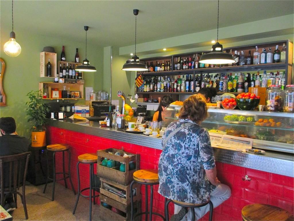 Le bar à tapas l'Olivera dans le quartier du Clot.