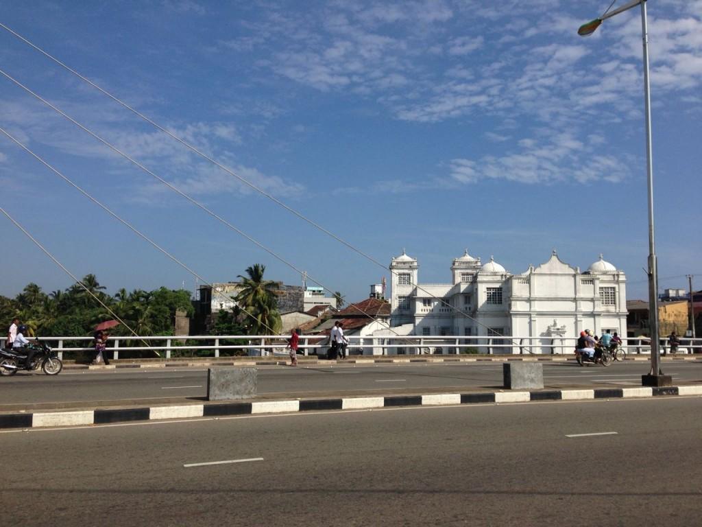 Rue de Matara au sud du Sri Lanka.