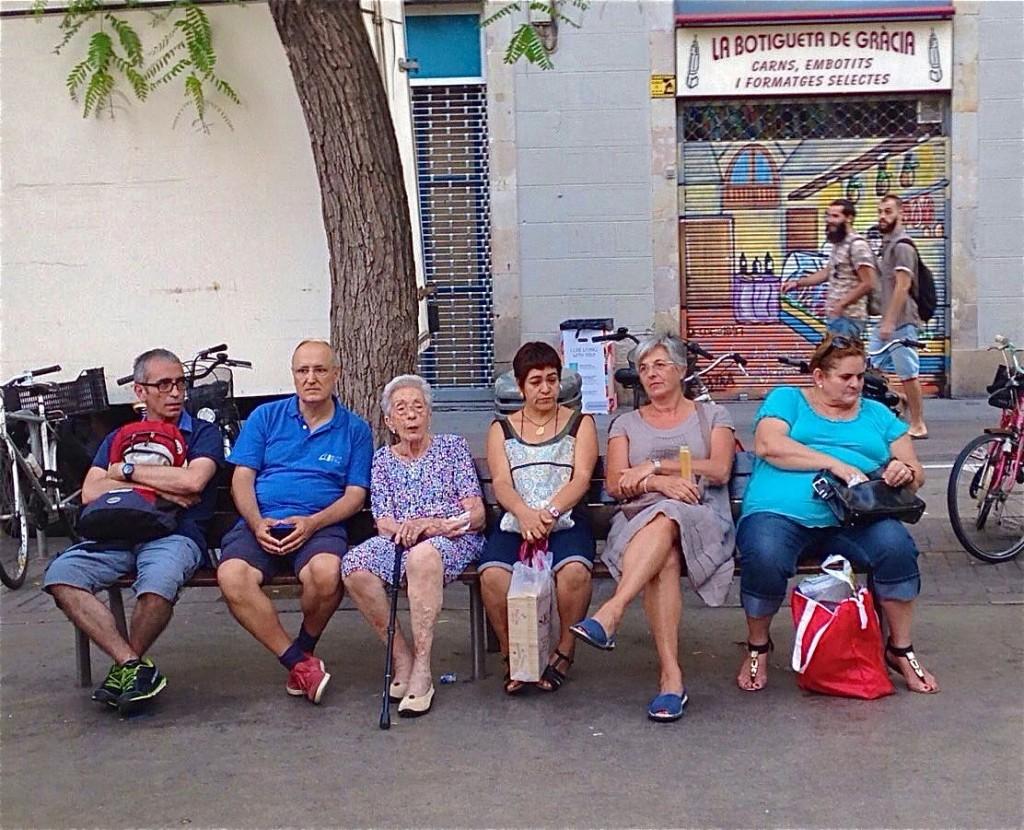 A Barcelone, les habitants aiment se retrouver sur les bancs dans le quartier de Gracia.