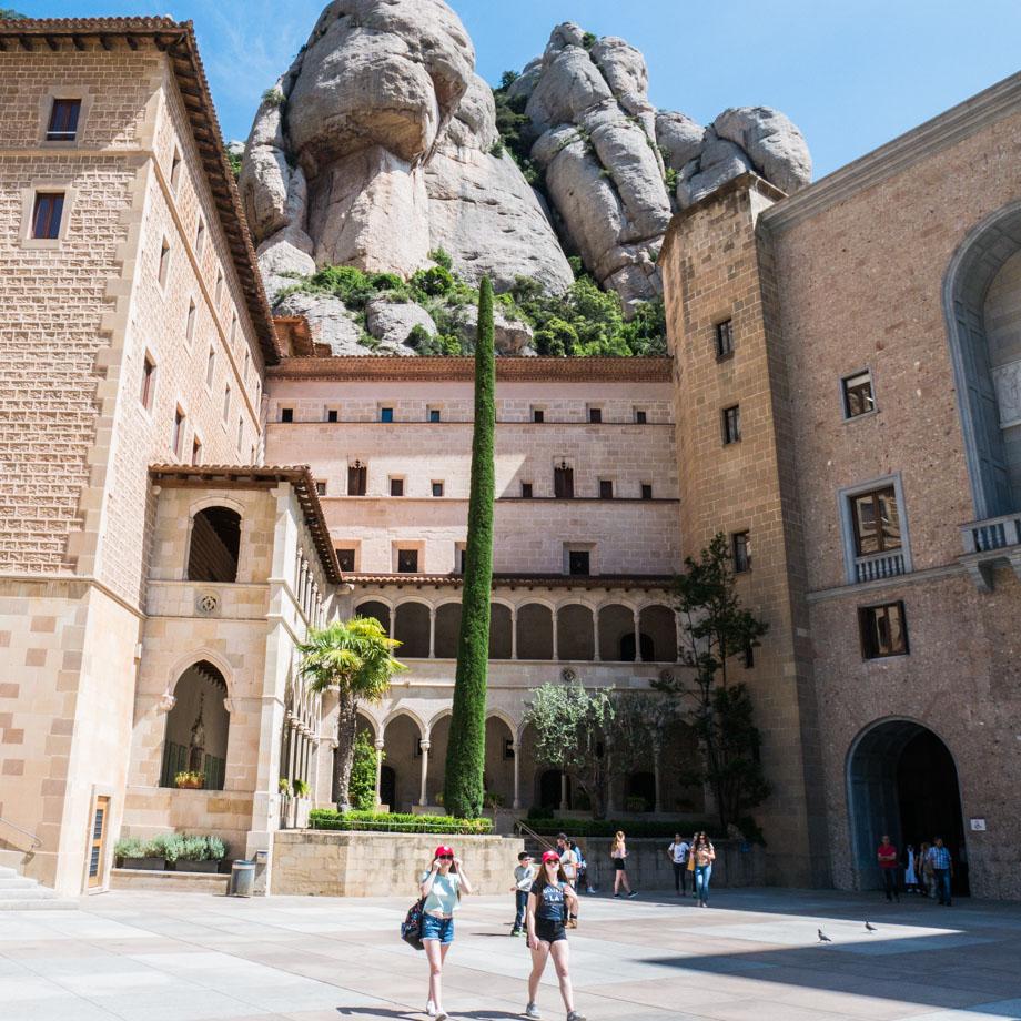 Sur le parvis de Montserrat