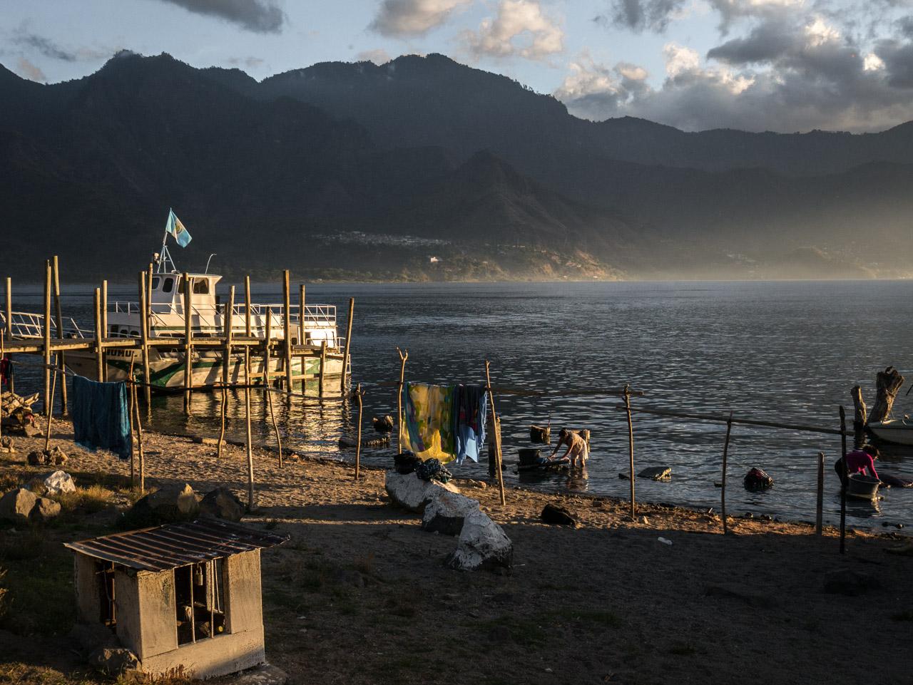 Lingères sur les rivages du lac Atitlan