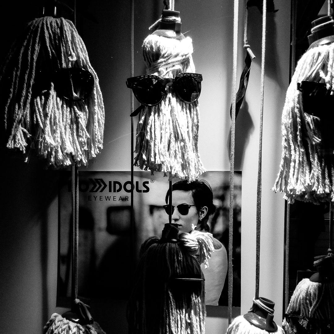 Barcelone en noir et blanc : les vitrines de la ville