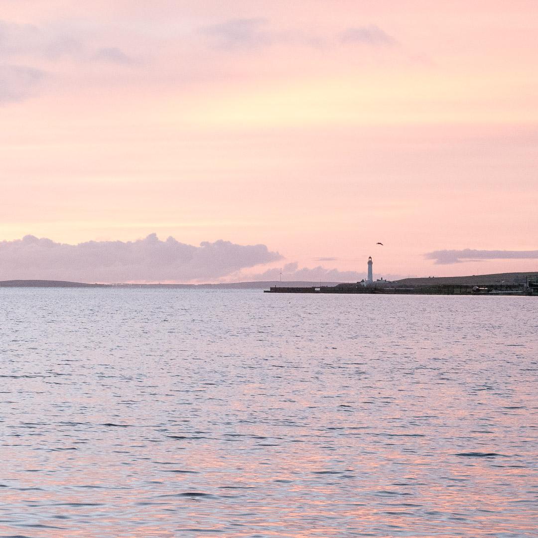 Petit plaisir du voyage dans les Orcades : le lever du soleil
