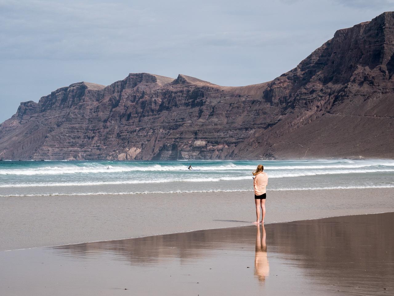 Face à l'océan Atlantique dans les îles Canaries