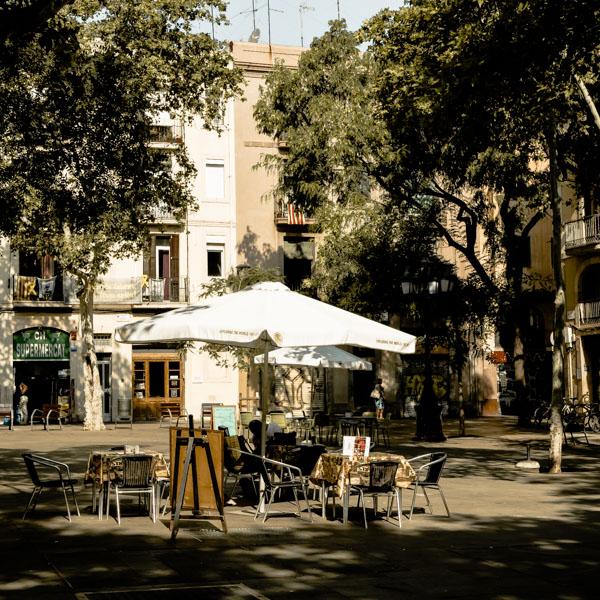 Prendre un verre sur la plaça d'Osca à Barcelone