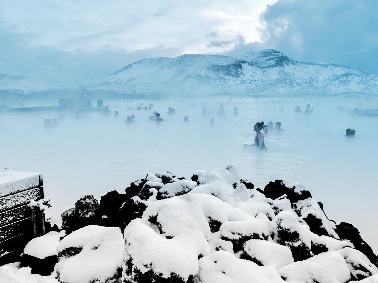 Se baigner au blue lagoon en hiver