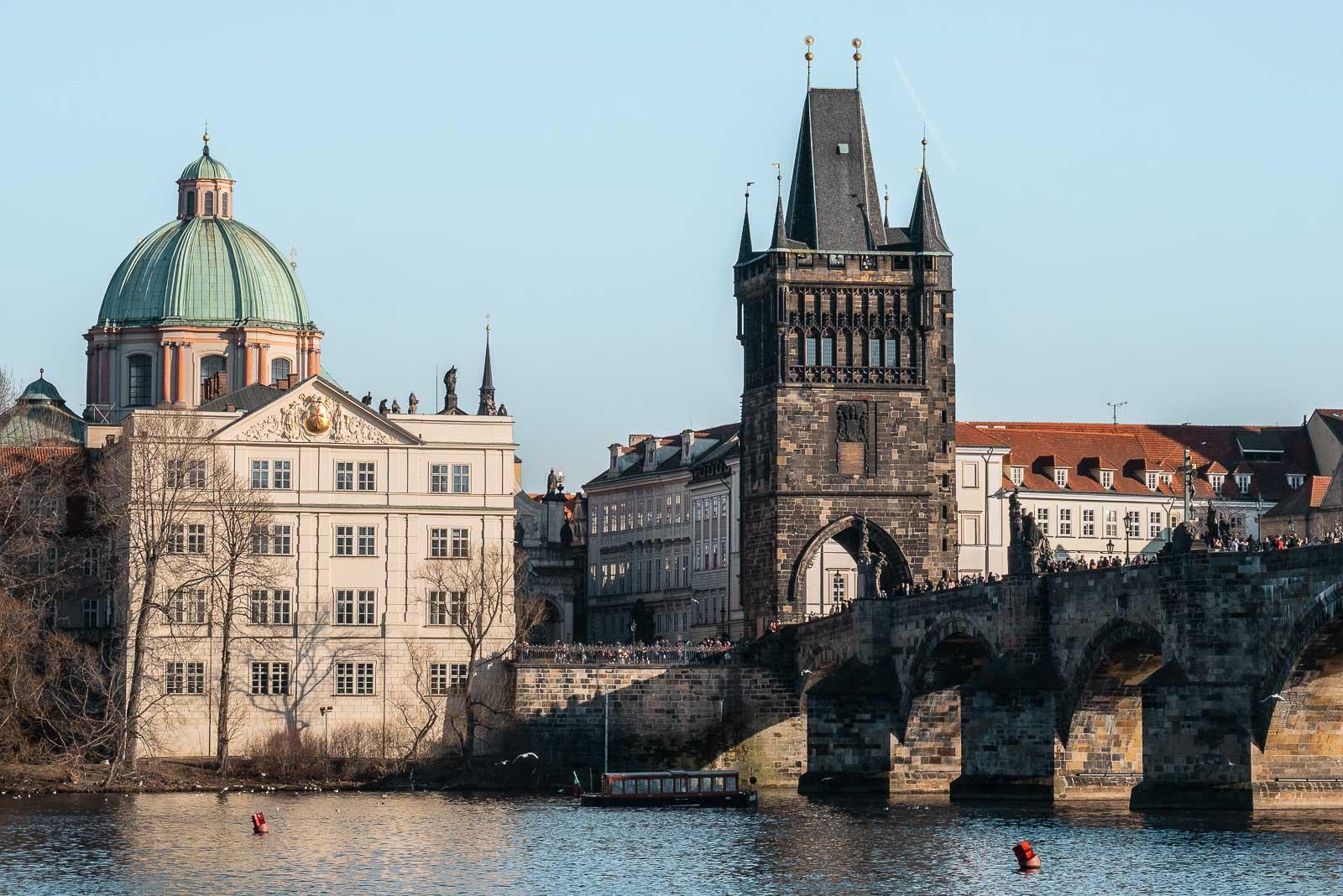 Panorama sur le pont Charles à Prague