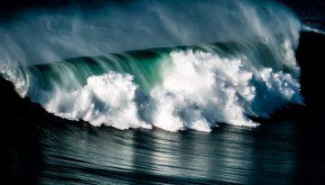 Dans les vagues géantes de Nazaré au Portugal