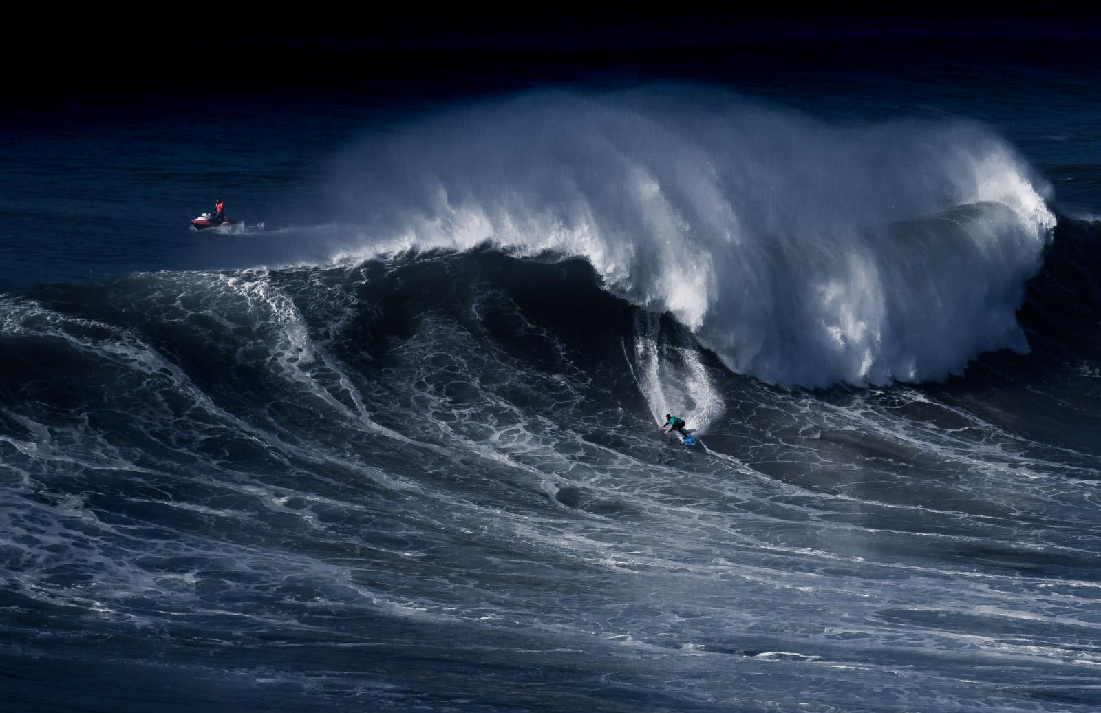 Surfeur à Nazaré au portugal